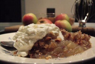 Bagt æblekage med nødder