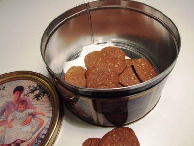 Brunkager med sukat i kagedåse