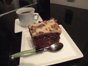 Daimkage og kaffe på kagetallerken